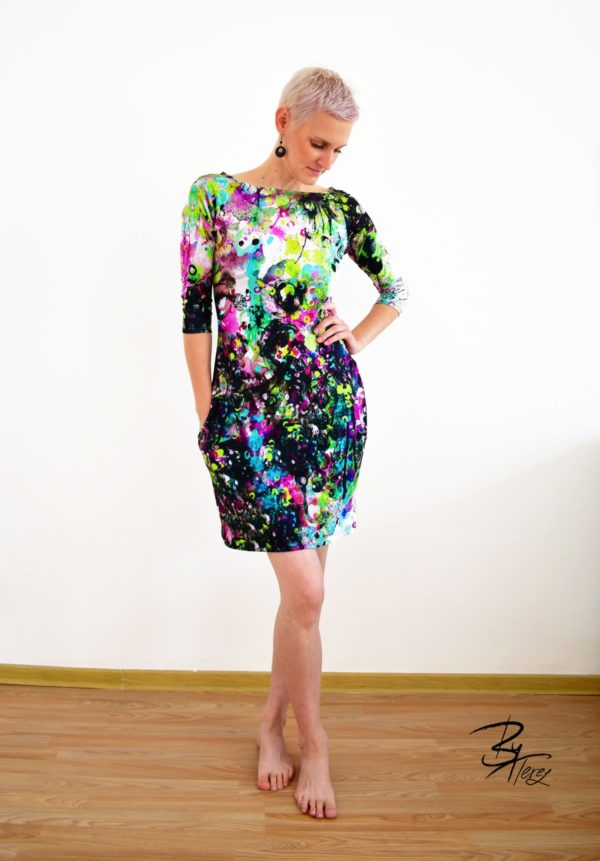 krátké šaty z designového úpletu